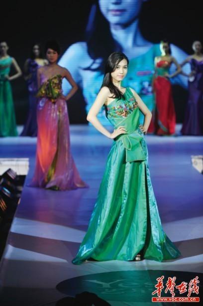 21日晚,艺星整形2012新丝路模特大赛湖南赛区总决赛在湖南大剧院上演