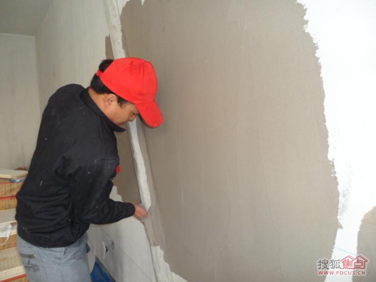铲完墙皮后就要做墙面粉刷石膏找平了!