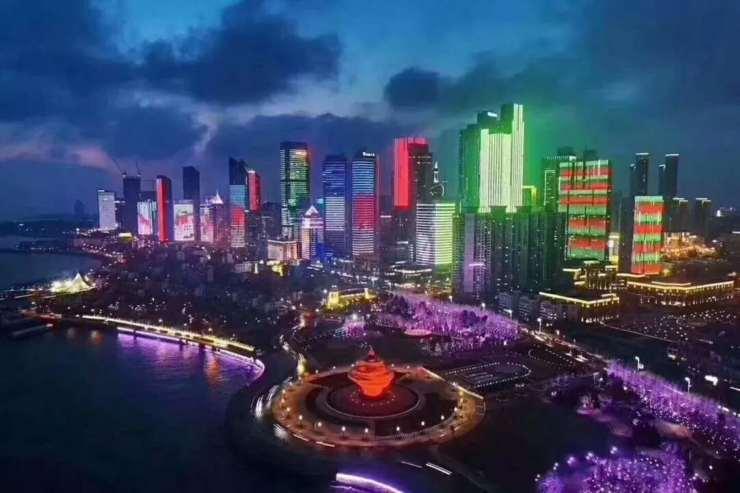 视频中,五四广场的流光溢彩美得令人窒息;奥帆中心在海浪拍岸声中显得