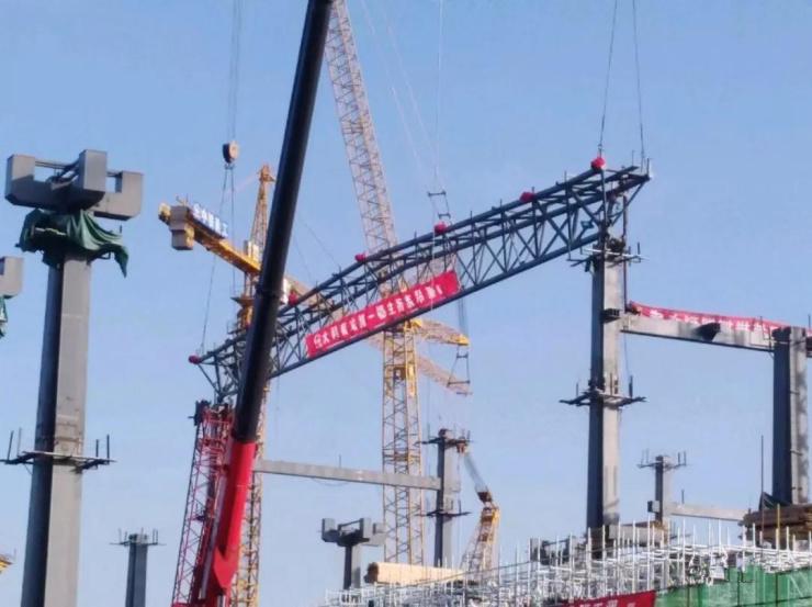 大同南站主站房第一榀钢桁架成功吊装 钢结构工程稳步