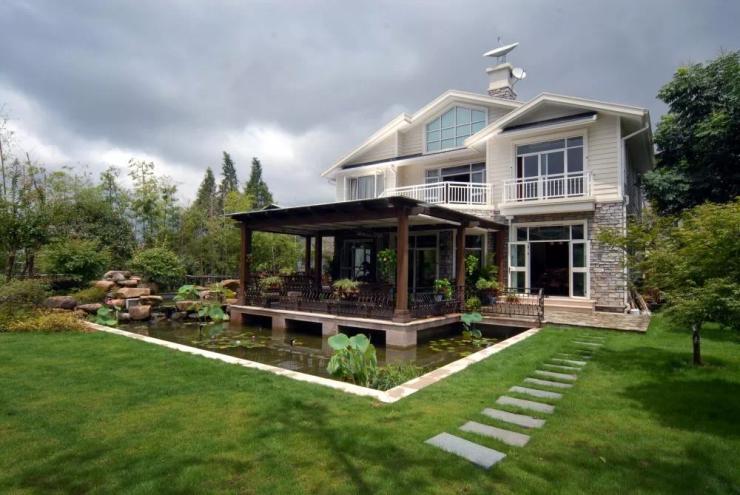 第二代别墅:造院子 随着回归田园生活的潮流兴起,建筑之外的花园