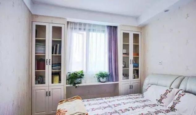 次卧在窗户下做了一个窗台书桌,两边做了书架柜.图片