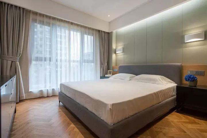 床头背景用软包搭配实木,在灯带和简约壁灯的装饰下带来自然而温暖的