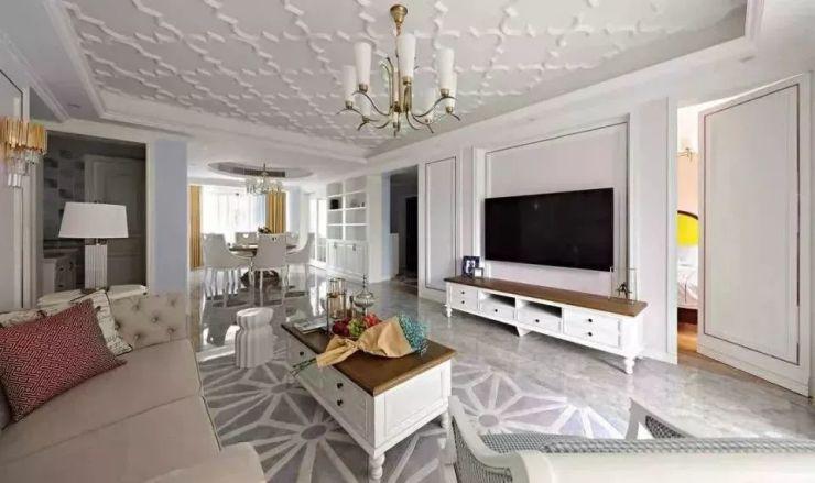 客厅吊顶做了花纹设计,造型个性的欧式吊灯也是一大亮点,电视墙隐形门