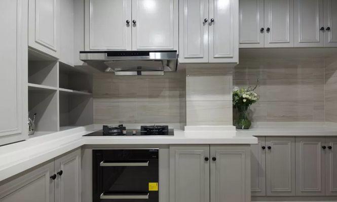 廚房空間寬大,大面積定制櫥柜,滿足料理區空間收納