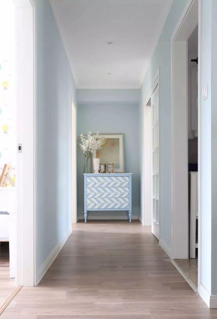 过道尽头的蓝色条纹斗柜,与背景的蓝色相呼应,清新淡雅.图片