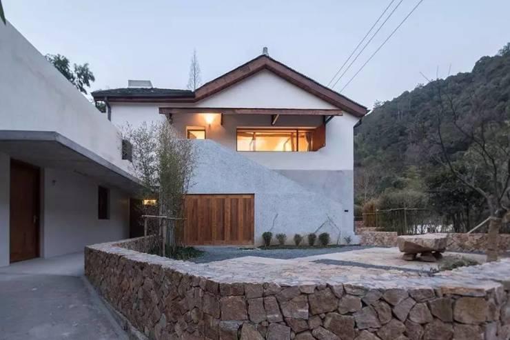设计保留了场地上原有的木结构与夯土墙混合承重的主体民房.