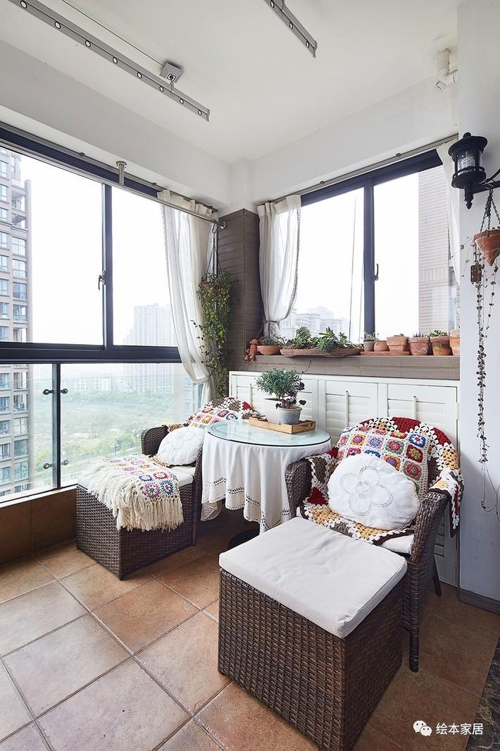 如果两个阳台的朋友把衣服晒在客厅前面,确实不好看,所以另一个房间的