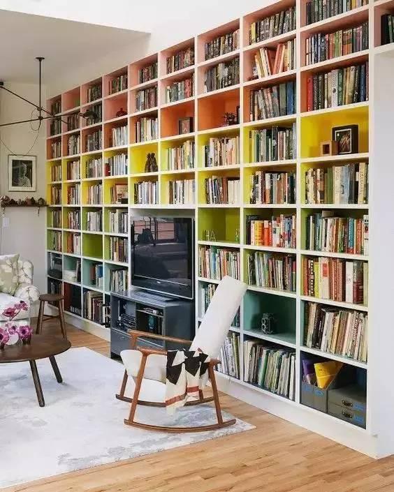 飘窗的两边放置两列小书架 边看书边看风景 面朝窗外,春暖花开