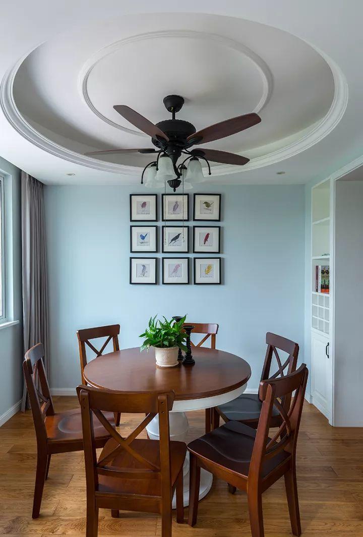 客厅餐厅之间的门洞两侧,装上酒柜显得实用又优雅大方
