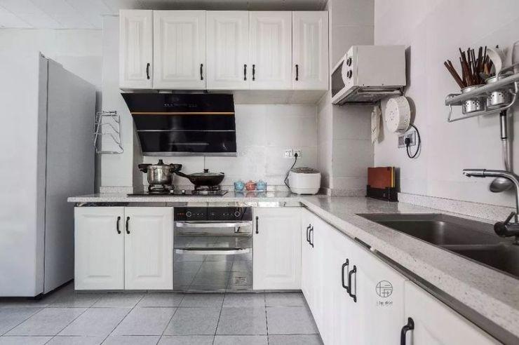 厨房地面通铺灰色瓷砖 立面浅色瓷砖搭配白色橱柜 灰色麻点台面耐脏易