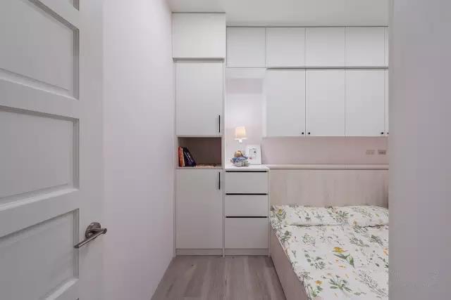充分利用好侧面墙壁的空间,在床头设计墙面壁柜,方便又快捷,但要