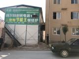 延安一业主正欲收新房 门前0.8米却竖着一栋彩钢房
