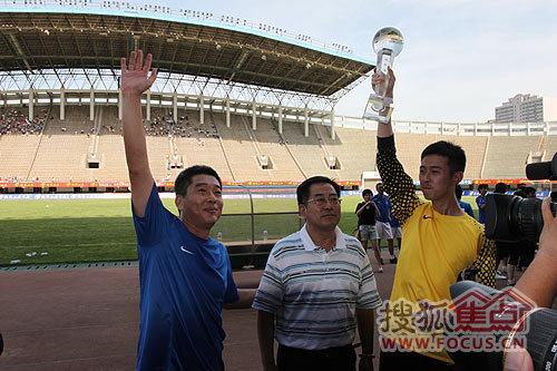 获胜队伍展示奖杯