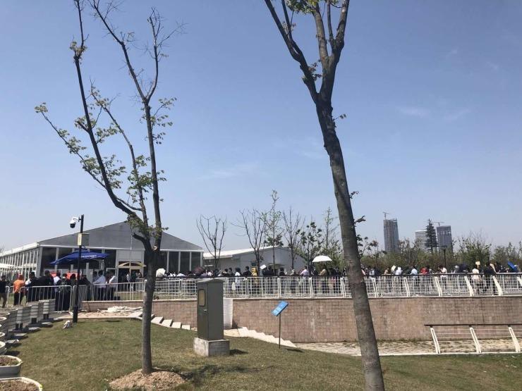 三万刚需卖不光,千万豪宅被疯抢。上海楼市正经历着什么