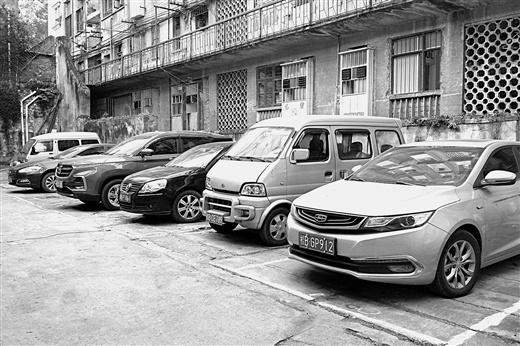 柳州三无小区停车矛盾解决了 拆地锁 划车位 设门岗
