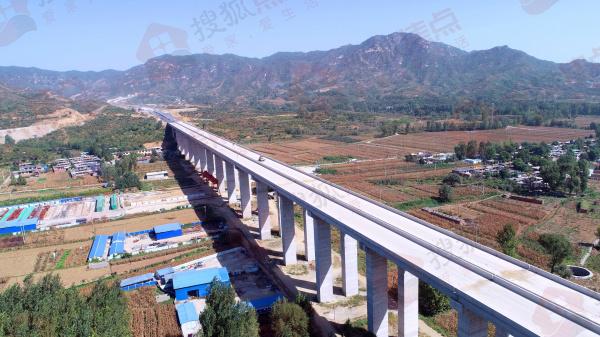 太行山高速西柏坡至阜平段路面攤鋪過半 將于12月底建成通車