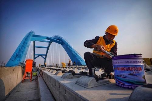 4月12日,中铁十二局集团在京雄城际铁路黄村段施工。目前,京雄城际铁路北京段已具备铺轨条件。(邢广利 摄)返回搜狐,查看更多