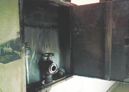 十万火急救火救人 哪知消防栓却没水