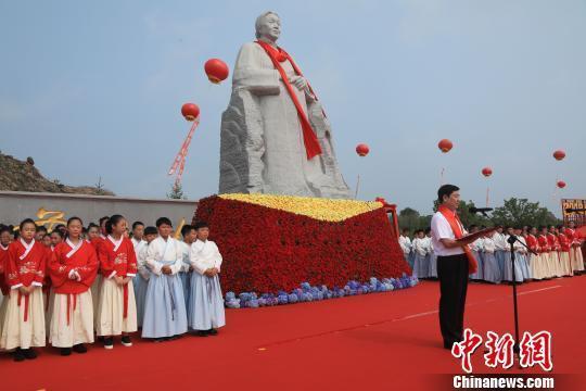 辽宁营口望儿山下举办母爱文化节