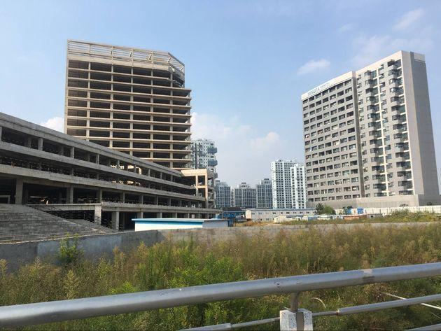 每经记者实探上海明发商业广场:工地内杂草丛生 疑似停工超过1年