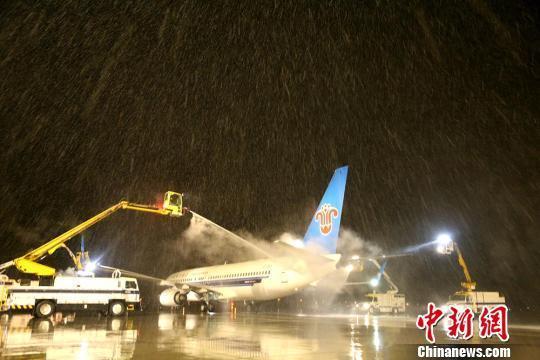 新疆今冬首场降雪达到暴雪级别 航空公司防冰保障
