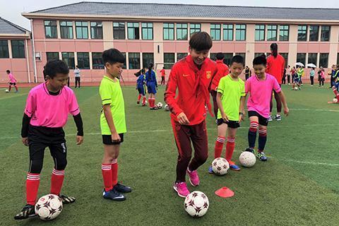 中国女足国庆节进校园教小学生踢球