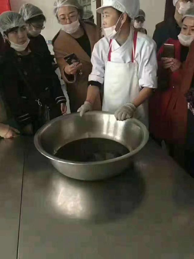 """威海食药监局回应""""小学食堂被质疑使用地沟油"""":已介入调查"""